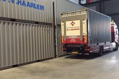 opslagcontainers en vrachtwagen
