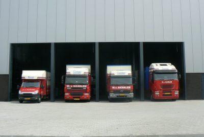 vrachtwagens voor de loods